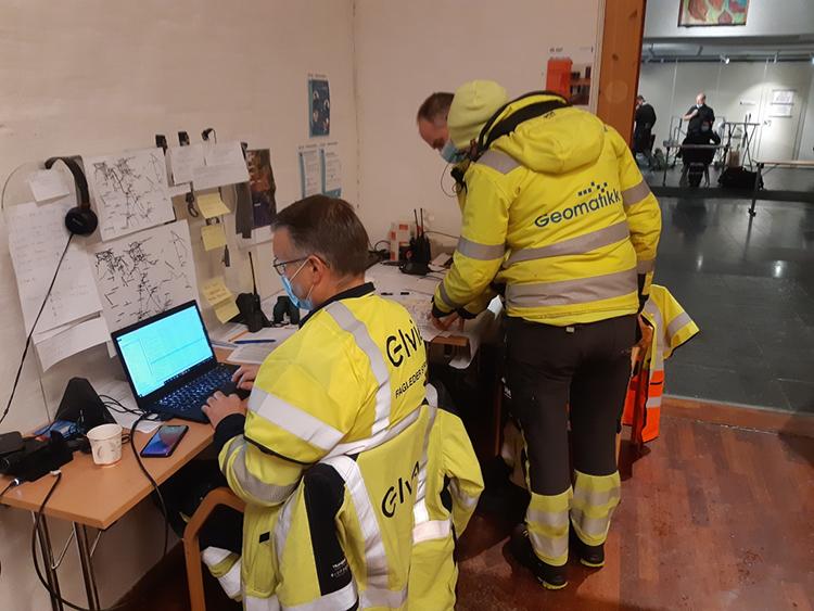 Mannskap foran kontorpult i Gjerdrum